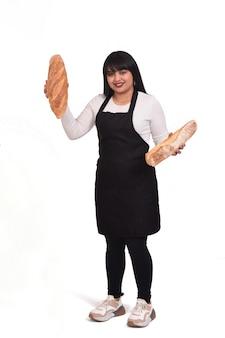 흰 벽에 빵을 보여주는 베이커의 전체 초상화