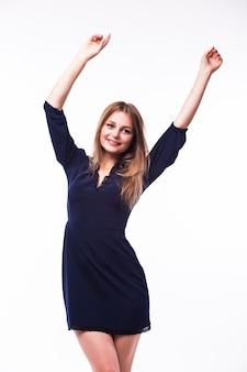 Полный портрет красивой взрослой женщины чувственности в черном платье позирует на белом фоне