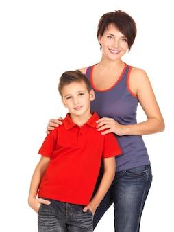 白いスペースに8歳の息子と幸せな若い母親の完全な肖像画