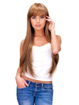長い髪の官能的な美しいインドの女性の完全な肖像画-白い背景で隔離