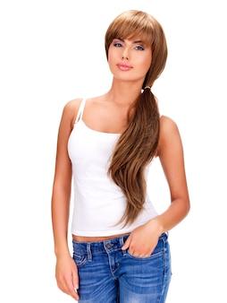 長い髪の笑顔の美しいインドの女性の完全な肖像画-白い背景で隔離