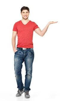 笑顔の男の完全な肖像画は、白い背景で隔離の手のひらに何かを保持します。