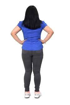 白い背景の上の腰に手を持って後ろから女性の完全な肖像画
