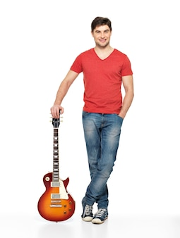 Полный портрет красивого мужчины с электрогитарой, изолированного на белом