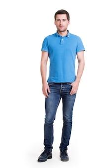 파란색 티셔츠에 웃는 행복 잘 생긴 남자의 전체 초상화