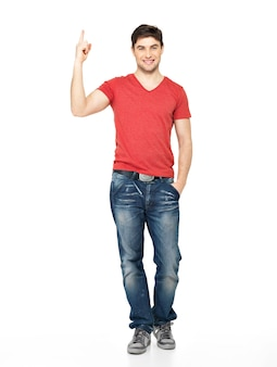 Полный портрет счастливого человека с хорошей идеей подписывается в повседневной одежде, изолированной на белой стене.