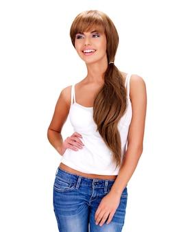 Ritratto completo di una bella donna indiana sorridente con i capelli lunghi - isolato su uno sfondo bianco