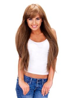 Ritratto completo di una bella donna indiana sorridente con capelli lunghi - isolata su una parete bianca