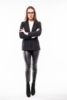 Ritratto completo della ragazza in vestito nero da affari e vetri isolati su bianco
