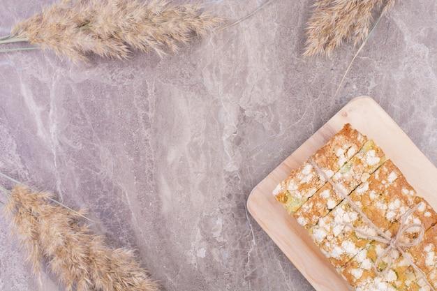 Pane integrale su una tavola rustica in legno