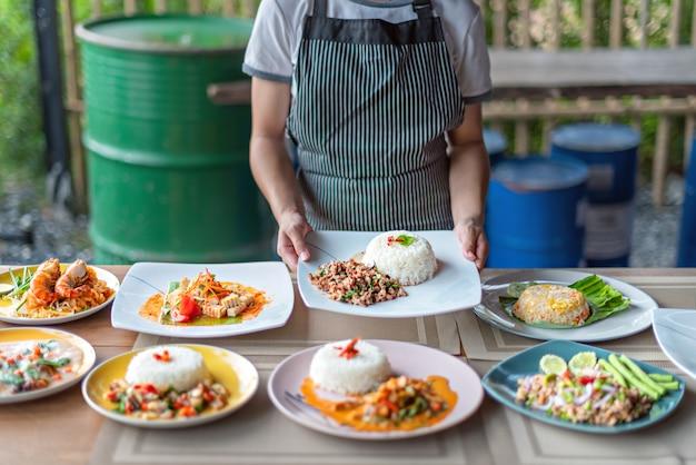 Полный набор азиатских блюд