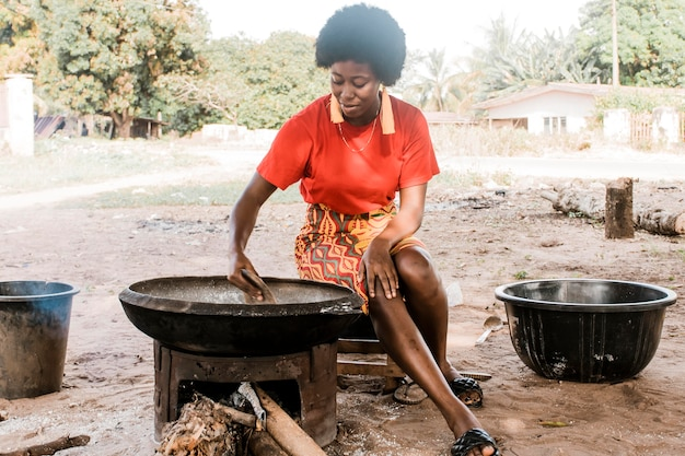 フルショットアフリカの女性料理