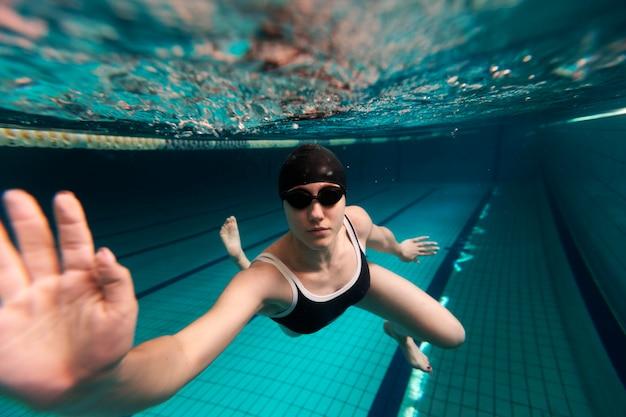 Полный спортсмен плавание с очками