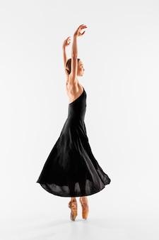 Ballerina piena del colpo che indossa scarpe da punta