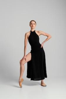 Полный снимок красивая женщина позирует в платье