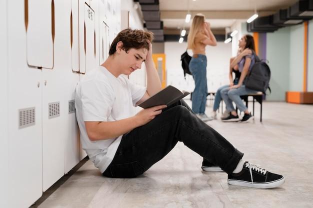 바닥에서 읽는 전체 샷 소년