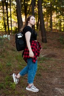 森のフルショットの茶色の髪の女の子