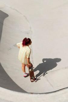 스케이트 보드에 전체 샷 멋진 여자