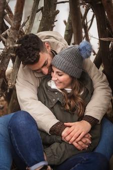 Coppie della foto a figura intera che sono romantiche in natura