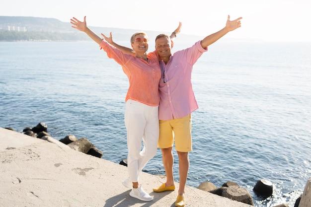 Полный снимок пара, выражающая свободу