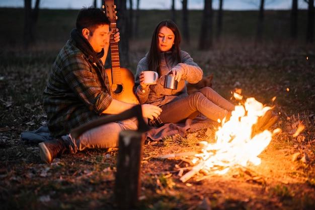 ギターを抱えてフルショットのカップル