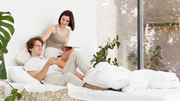 寝室での完全なショットのカップル
