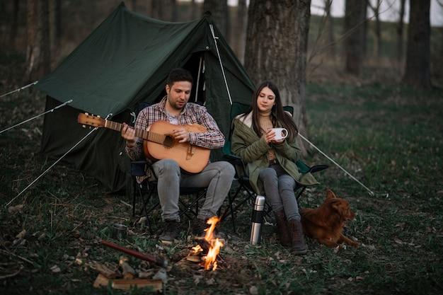 音楽を作るフルショットのカップル