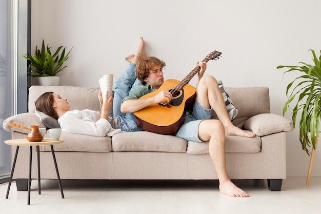 ソファの上のフルショットのカップル