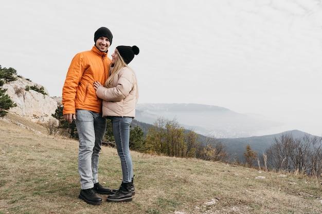 Полный снимок пара позирует вместе Бесплатные Фотографии