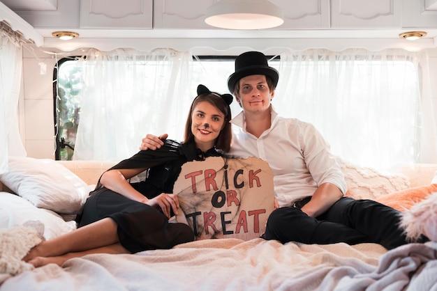 ベッドに座っているフルショットのカップル