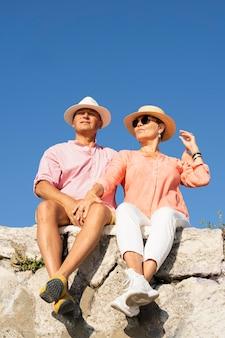 Пара полный выстрел, сидя на скале