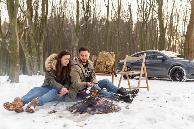 地面に座っているフルショットのカップル