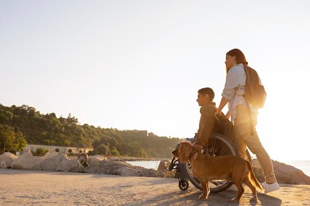 一緒に旅行するフルショットのカップル
