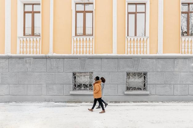今で屋外を歩いているフルショットのカップル