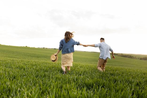 자연 속에서 함께 걷는 전체 샷된 커플