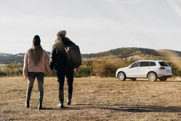 Полный снимок пара гуляет вместе