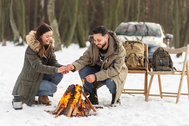 フルショットのカップルが自分自身を温める