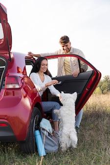 자동차와 강아지 전체 샷된 커플