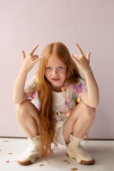 Полная съемка милая девушка с рыжими волосами позирует