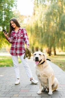 Полный снимок милый лабрадор с женщиной