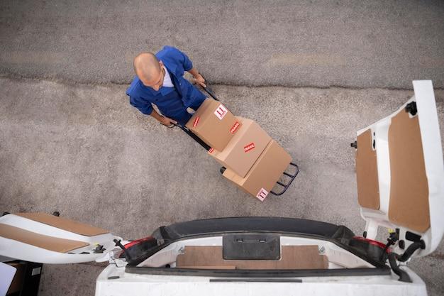 Полная доставка человек, несущий коробки, вид сверху