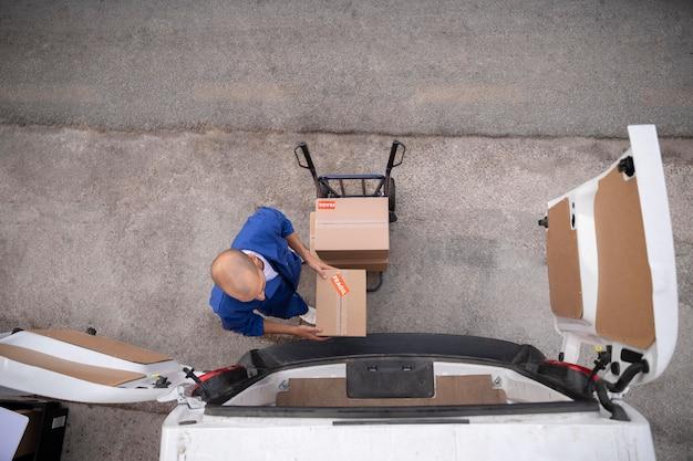 Полная доставка человек, держащий коробку