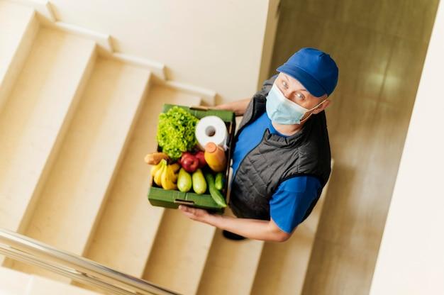 Полная доставка человек, держащий ящик с едой