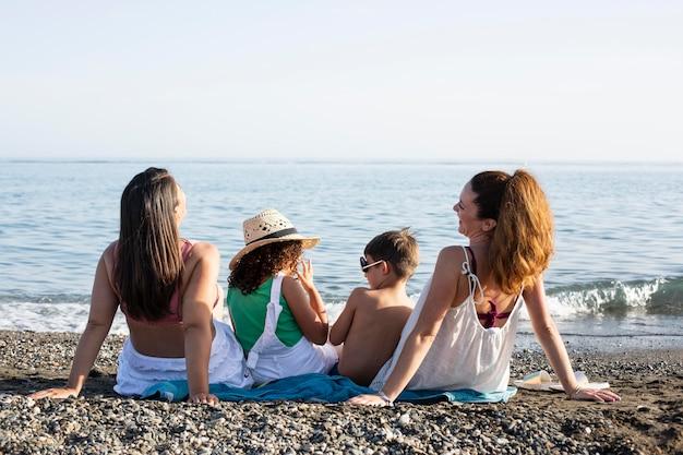 Полная семья на берегу моря