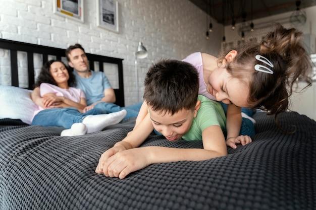 Полная семья весело дома