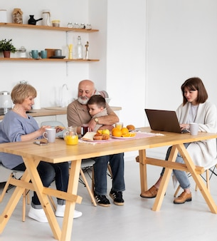 Famiglia piena del colpo al tavolo