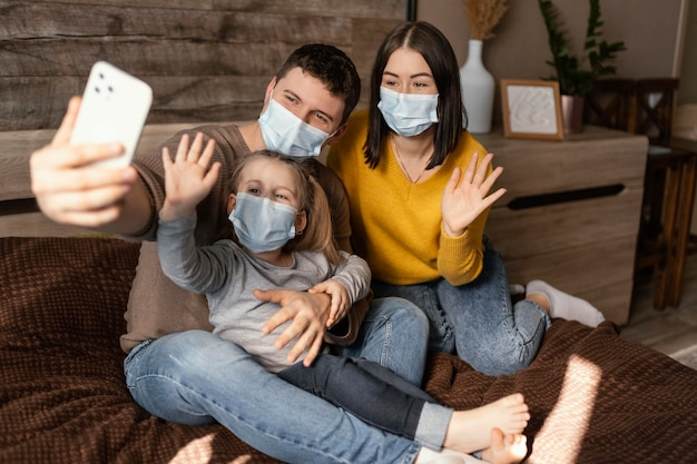 マスクを身に着けているフルショット家族