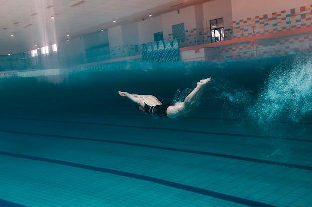 Полный выстрел быстрый пловец в бассейне