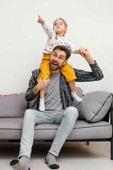 Полный снимок отец и ребенок весело