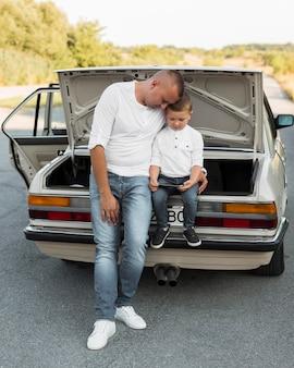 スマートフォンでフルショットの父と子